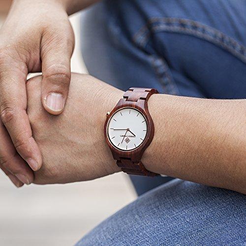 Armbanduhr am arm herren  GreenTreen Herren Handgefertigte Holz Armbanduhren Mit Rot ...